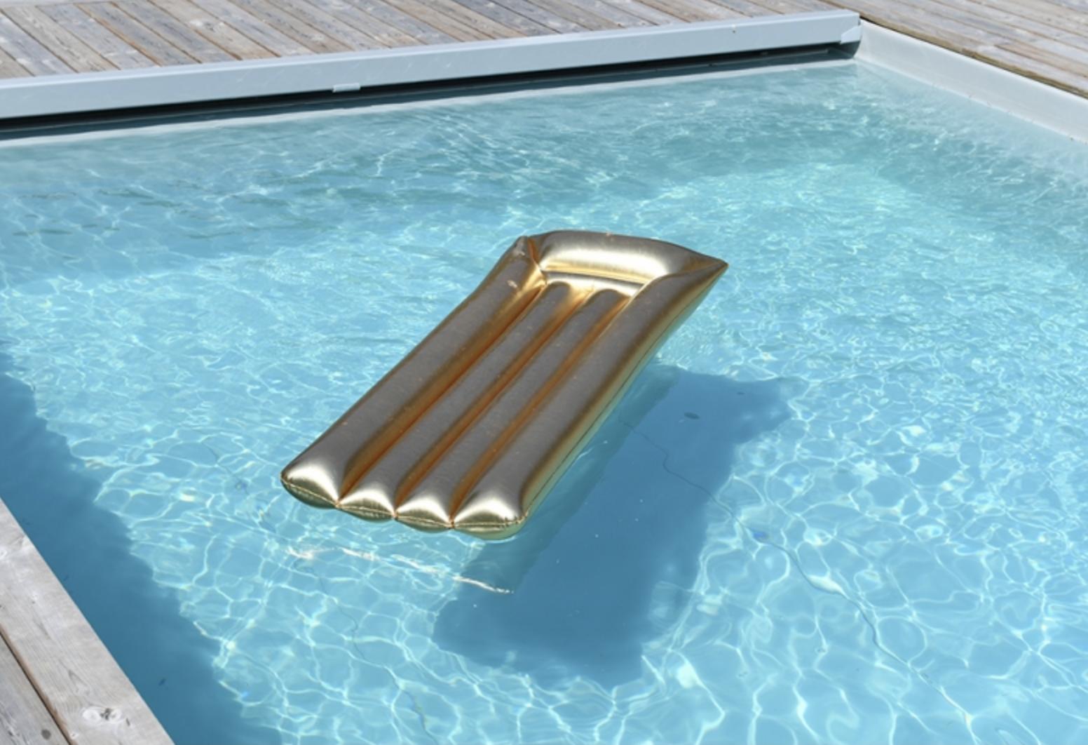 matelas doré gonflable dans piscine